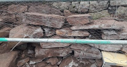 Who is that hiding in the rubble of Clachtoll broch?